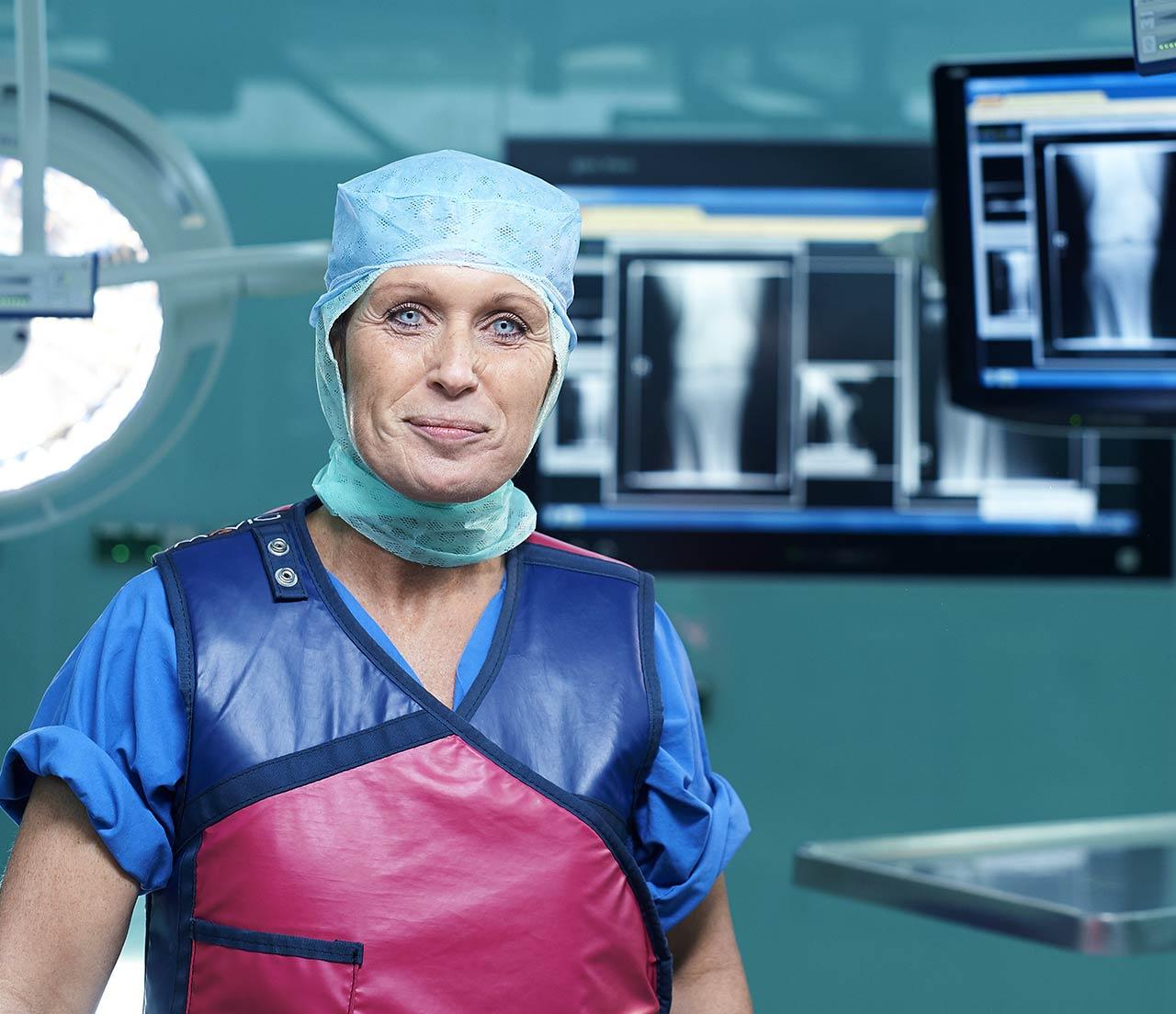 Aufnahme einer Mitarbeiterin im OP während sie über einen bewegenden Moment ihres Jobs erzählt